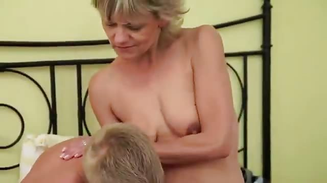 Vollbusige Blondine Beim Telefonsex