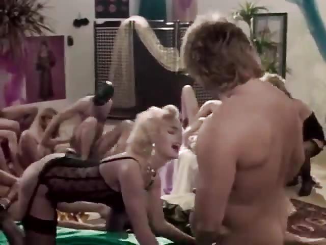 Heiße Kollegin bei der Orgie mit Sperma essen