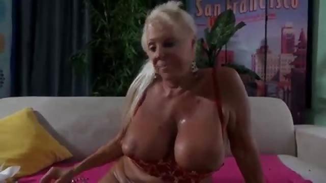 Oma Fick Fidel vor der Webcam
