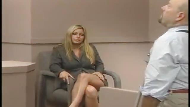 Blonine mit atemberaubenden Titten im Büro gefickt